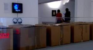 © France 3 Image reprise sur : http://culturebox.francetvinfo.fr/expositions/peinture/avec-time-capsules-le-mac-de-marseille-fait-les-cartons-dandy-warhol-207459