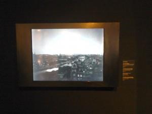 Exposition Paris Premiers Crimes, antichambre. Gros plan sur l'écran. Copyright: S.E. LOUIS